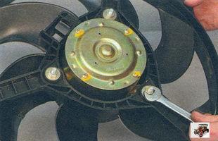 гайки крепления электродвигателя вентилятора охлаждения радиатора к кожуху Лада Калина ВАЗ 1118