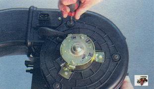винты крепления электродвигателя вентилятора отопителя салона к его корпуса