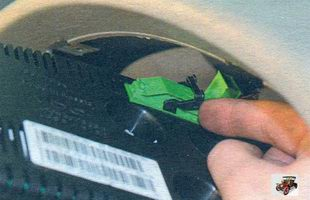 фиксатор разъема проводов панели приборов Лада Калина ВАЗ 1118