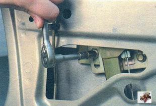 гайки крепления кронштейнов стеклоподъемника Лада Калина ВАЗ 1118