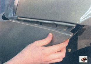 выведите передний бампер из зацепления с боковыми кронштейнами