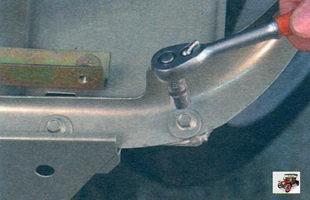 болты крепления бокового кронштейна переднего крыла к щитку передка