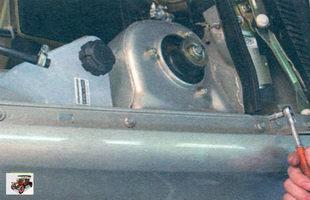 болты крепления переднего крыла на водосточном желобе