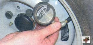 проверка манометром давление воздуха в шине