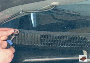 декоративные заглушки винтов крепления правой облицовки рамы ветрового стекла