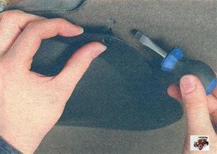 пластмассовые фиксатора накладки привода замка крышки багажника Лада Калина ВАЗ 1118