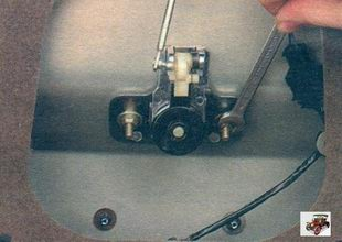 гайки крепления привода замка крышки багажника Лада Калина ВАЗ 1118