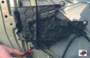 винты крепления пластмассового наполнителя обшивки передней двери