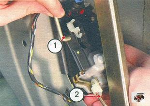 1 - тяга кнопки выключателя центрального замка; 2 - тяга внутренней ручки передней двери
