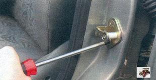 винты крепления корпуса фиксатора центрального замка передней двери