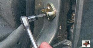 винт крепления корпуса фиксатора центрального замка передней двери