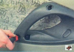 декоративная заглушка нижнего болта крепления ручки задней двери