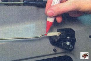 фиксирующая скоба тяги привода внутреннего замка задней двери