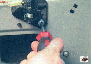 винт крепления механизма внутренней ручки задней двери