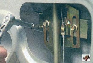 винты крепления кронштейна стекла с механизмом стеклоподъемника