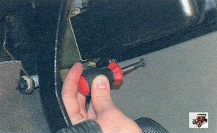 винт крепления боковой облицовки тоннеля пола