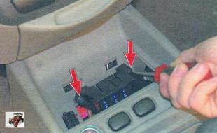 винты крепления блока предохранителей системы управления двигателем Лада Калина ВАЗ 1118