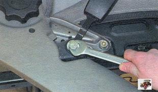 болты крепления замка переднего ремня безопасности