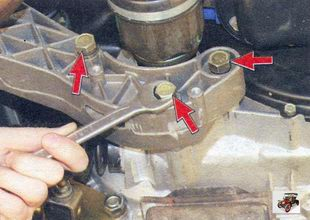 болты крепления кронштейна задней опоры двигателя к картеру коробки передач Лада Калина ВАЗ 1118