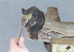 болт крепления подушки двигателя задней опоры к кронштейну