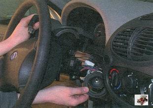 верхний кожух рулевой колонки Лада Калина ВАЗ 1118