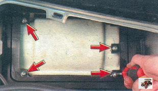 винты крепления приемного корпуса фильтра очистки поступающего в салон воздуха