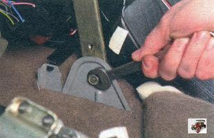болт крепления кронштейнов консоли панели приборов к тоннелю пола
