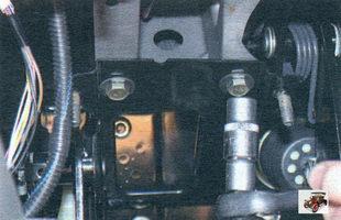 болты крепления педального узла к кронштейну поперечины