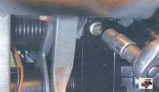 болт крепления кронштейна поперечины к усилителю кронштейнов педального узла