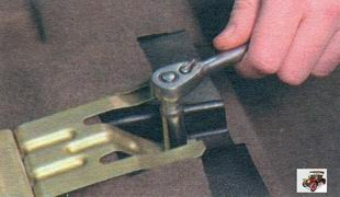 гайка крепления кронштейна огнетушителя и левого заднего воздуховода