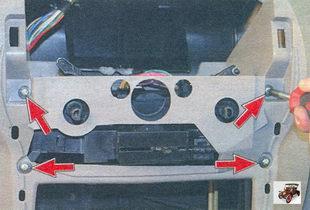 винты крепления блока рычагов управления отопителем к панели приборов Лада Калина ВАЗ 1118