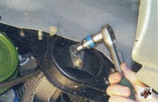 болта крепления подушки двигателя к кронштейну опоры