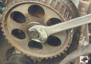 проверните распределительный вал за болт крепления его шкива до совмещения меток на шкиве и задней крышке Лада Калина ВАЗ 1118