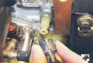 провод датчика сигнальной лампы аварийного падения давления масла Лада Калина ВАЗ 1118