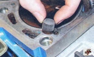 установочные втулки в гнездах крайних отверстий блока цилиндров