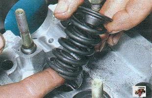 выньте верхнюю тарелку пружин, внутреннюю и наружную пружины клапана