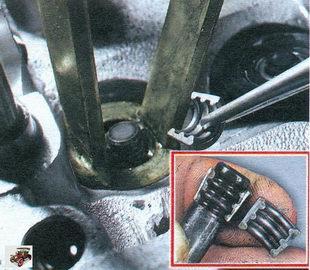 установка сухарей клапана с помощью съемника
