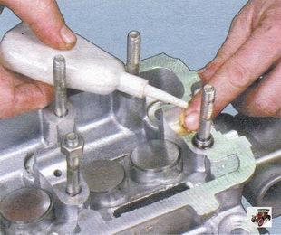 смазка моторным маслом опоры распредвала в головке блока цилиндров и регулировочные шайбы толкателей