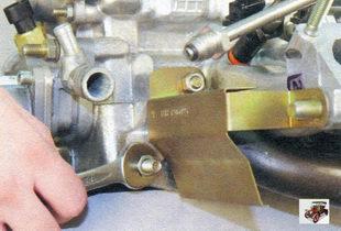 гайки заднего крепления впускной трубы и катализатора Лада Калина ВАЗ 1118