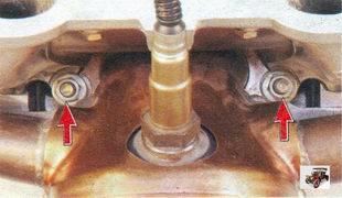 нижние гайки крепления впускной трубы и катализатора Лада Калина ВАЗ 1118