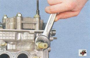 выверните дтож и датчик сигнальной лампы аварийного падения давления масла Лада Калина ВАЗ 1118