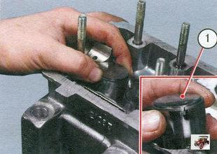 1 - толкатель клапана вместе с регулировочной шайбой