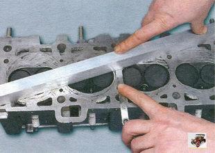 проверка плоскостности поверхности, прилегающей к блоку цилиндров