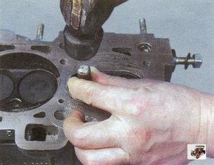 выпрессовка со стороны камеры сгорания дефектной втулки клапана специальной оправкой