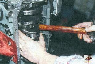 снятие поршня с шатуном из цилиндра