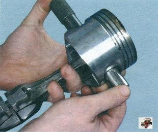 вытолкните поршневой палец из поршня и снимите поршень с шатуна