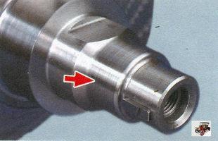 осмотр поверхности коленвала, по которым работают сальники