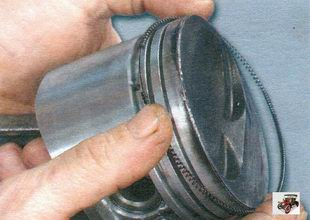 установка на поршень расширителя маслосъемного кольца