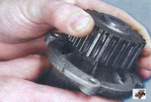 проверка осевого люфта подшипника водяного насоса Лада Калина ВАЗ 1118