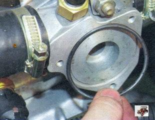 уплотнительное резиновое кольцо в пазу гнезда термостата Лада Калина ВАЗ 1118
